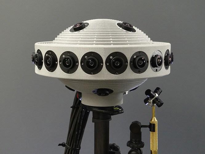 这款Jaunt原型机安装了20个摄像机在四周,4个摄像机分别在原型机的头部和底部。右边是麦克风阵列。